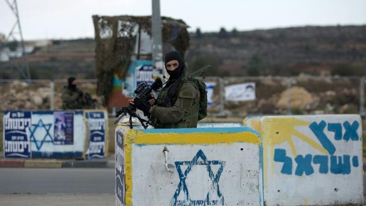 Des soldats israéliens au check-point de Gush Etzion, le 2 décembre 2015, près de Hébron, en Cisjordanie (Image d'archives)