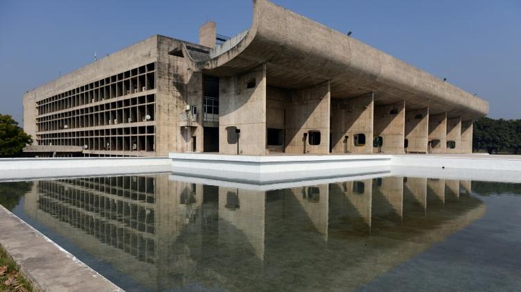 Le Palais de l'Assemblée à Chandigarh dessiné par l'architecte français Le Corbusier, dans le nord de l'Inde, le 18 janvier 2016