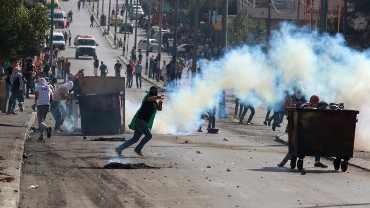 Des Palestiniens lors de heurts avec les forces de sécurité israéliennes à Bethléem  au sud de Jérusalem en Cisjordanie, le 16 octobre 2015