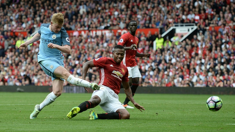 Manchester City midfielder Kevin De Bruyne (L) hits the post with an attempt during the English Premier League match against Manchester United at Old Trafford in Manchester, north-west England, on September 10, 2016