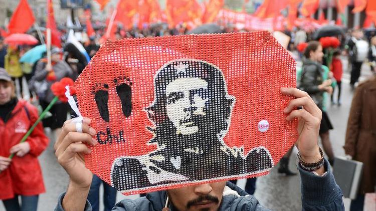 نشطاء شيوعيون في روسيا يحملون صور جيفارا
