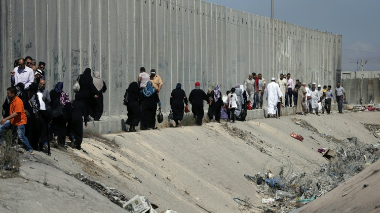 Palestinians marching to the Qalandia crossing