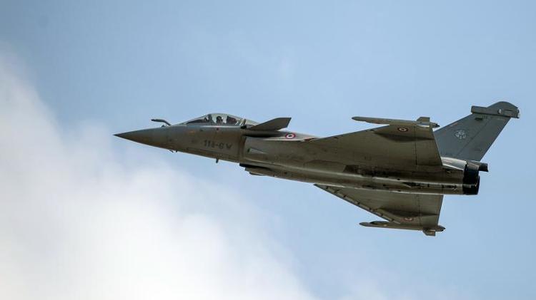 L'avion de combat Rafale conçu par Dassault au-dessus de Cazaux, dans l'ouest de la France, le 21 juin 2014