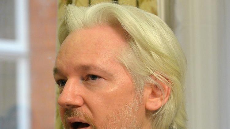 مؤسس موقع ويكيليكس جوليان اسانج في السفارة الاكوادورية