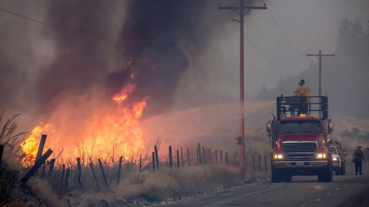 محاولة اخماد حريق في اوكانوغان في 22 اب/اغسطس 2015