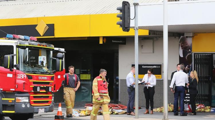 """رجال الاطفاء امام """"كومنولث بنك"""" في سبرينغفيلد بعد ان قام رجل باضرام النار موقعا 26 جريحا، الجمعة 18 تشرين الثاني/نوفمبر 2016"""