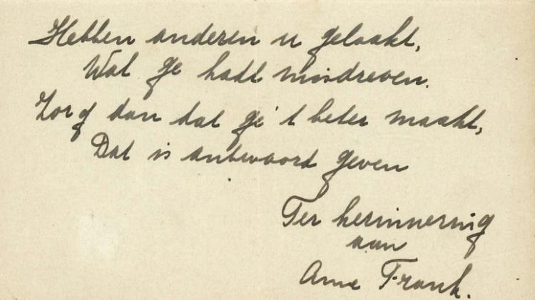 """Un poème rédigé par Anne Frank peu avant que l'adolescente juive ne se cache avec sa famille à Amsterdam, une pièce """"extrêmement rare"""", va être proposé aux enchères fin novembre à Haarlem, aux Pays-Bas"""