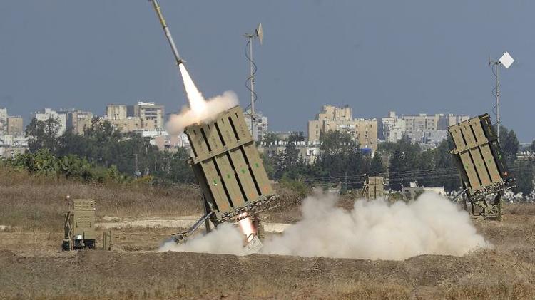 """Tir d'un missile du système """"Iron Dome"""" destiné à intercepter les roquettes palestiniennes, le 9 juillet 2014 près de la ville d'Ashod, près de la bande de Gaza"""