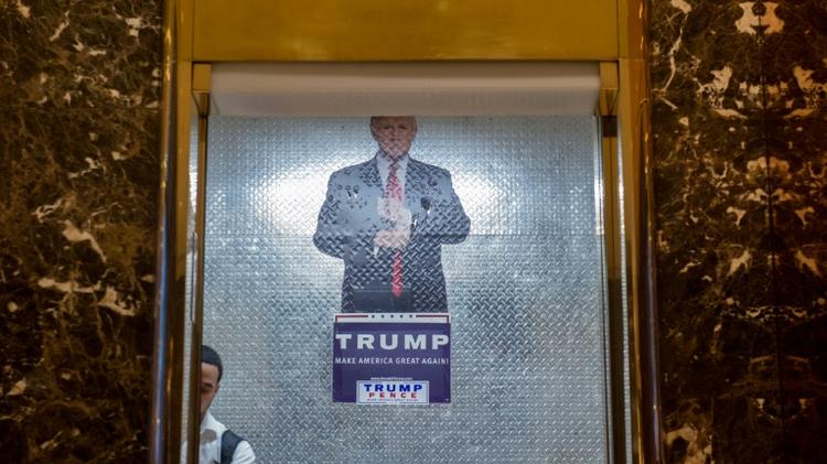 عامل ينظف مصعدا في برج ترامب في جادة فيفث افينيو بنيويورك، حيث يعقد ترامب مشاورات تشكيل ادارته 13 ت2/نوفمبر 2016