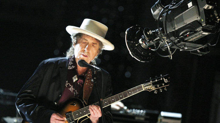 فوز مؤلف الأغاني الأميركي بوب ديلن بجائزة نوبل للآداب التي تمنح للمرة الأولى إلى مؤلف موسيقي ما أثار مفاجأة