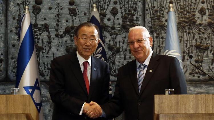 Le secrétaire général des Nations unies Ban Ki-moon pose aux côtés du président israélien Reuven Rivlin au palais présidentiel de Jérusalem, le 13 octobre 2014
