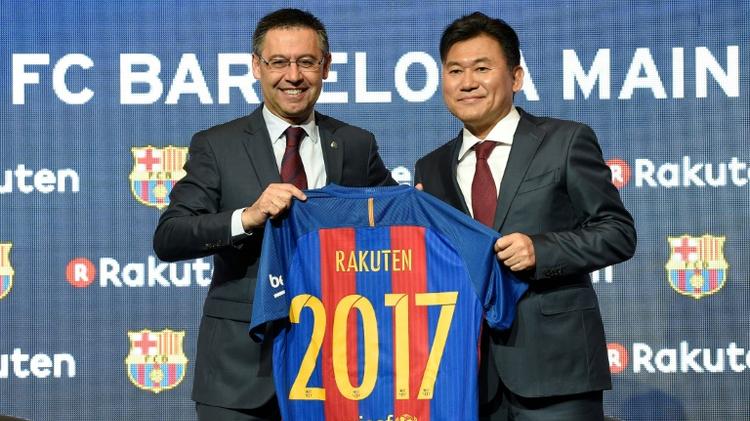 """رئيس نادي برشلونة جوسيب بارتوميو (يسار) والى جانبه مدير عام شركة """"راكوتن"""" هيروشي ميكيتاني خلال اعلان الاتفاق في 16 تشرين الثاني/نوفمبر 2016"""
