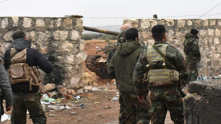 Des soldats du régime syrien déployés le 30 novembre 2016 à Sheikh Saeed un quartier d'Alep