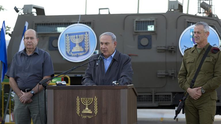 Israeli Prime Minister Benjamin Netanyahu (C) adresses army troops on June 19, 2014 on a military base in Beit Hagay
