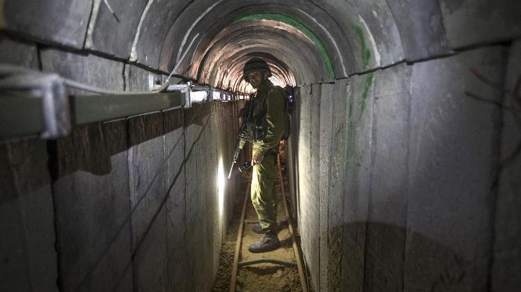 Un soldat israélien montre aux journalistes le tunnel construit par des militants palestiniens entre Israël et la bande de Gaza, le 25 juillet 2014