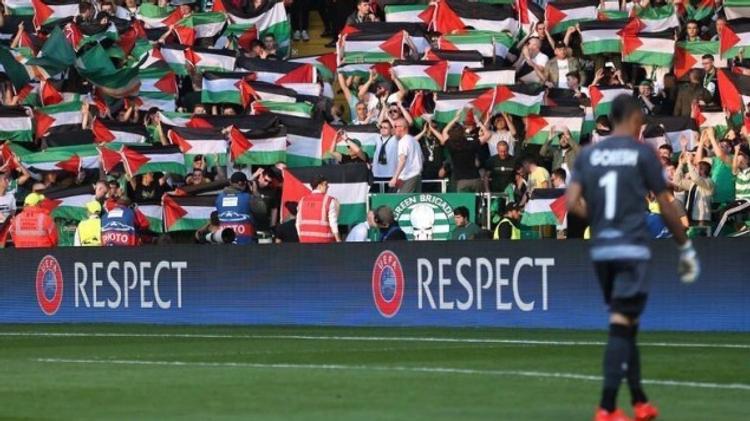 Des supporters du Celtic Glasgow brandissent des drapeaux palestiniens lors de match contre l'Hapoël Beer Sheva à Glasgow, le 17 août 2016
