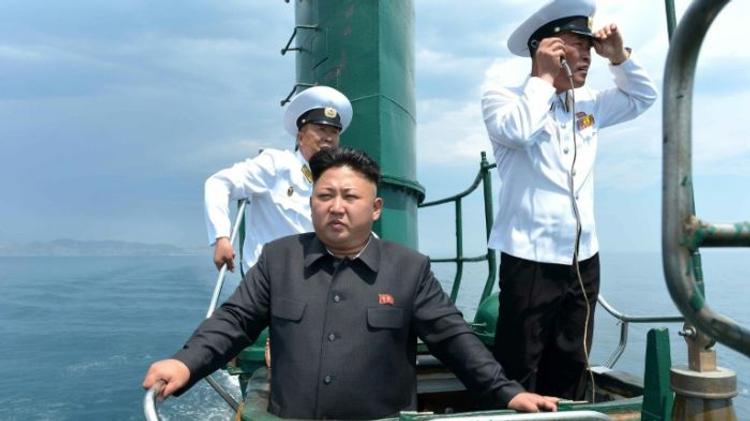 Le dirigeant Nord-coréen Kim Jong-Un sur un sous-marin