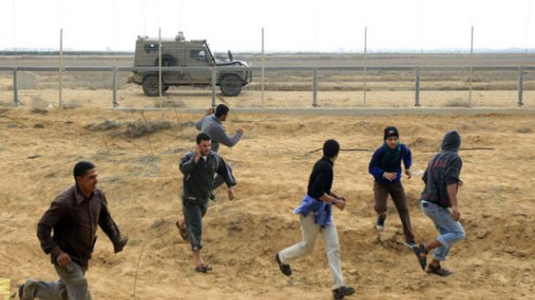 Véhicules de l'armée israéliennes le long d'une barrière de sécurité à la frontière entre Gaza et Israël, à l'est de Khan Yunis (sud), lors d'une manifestation par des jeunes palestiniens le 23 Novembre 2012