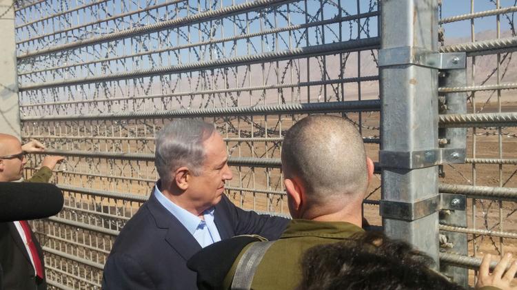 Le Premier ministre Benjamin Netanyahu et le chef d'état-major de l'armée israélienne Gadi Eizenkot inspectent la construction d'une nouvelle clôture de sécurité le long de la frontière sud d'Israël avec la Jordanie le 9 février 2016