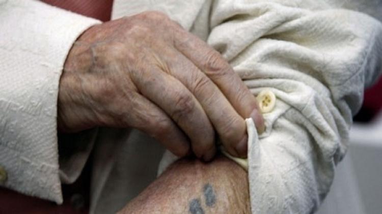 Bras tatoué d'un survivant de la Shoah
