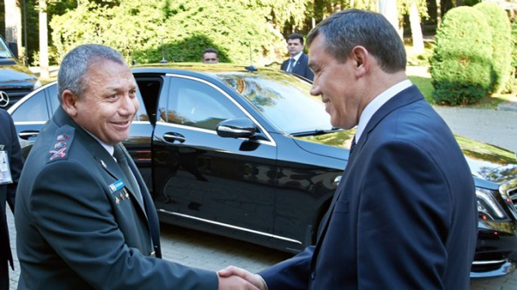 Le chef d'état-major de l'armée israélienne le lieutenant général Gadi Eisenkot et son homologue russe Valery Gerasimov se serrent la main à Moscou le 21 septembre 2015
