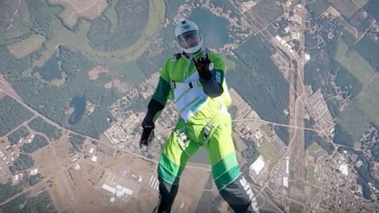 US skydiver jumps without parachute from 25000 ft