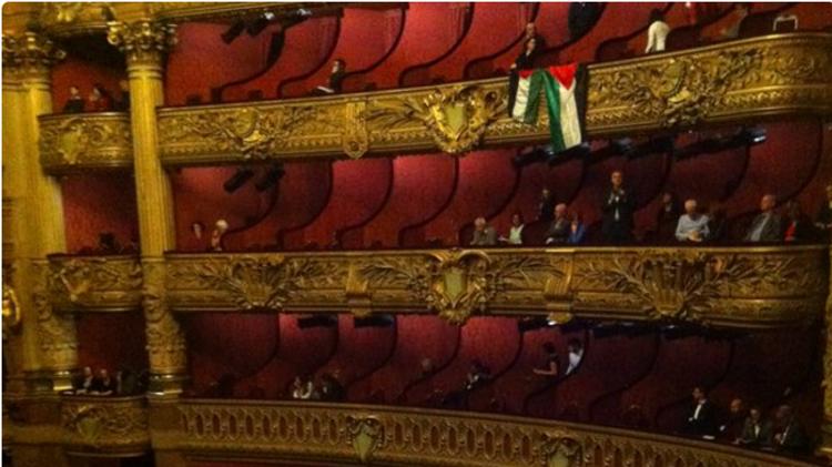 Drapeaux palestiniens avant le début de la première de la troupe de danse israélienne Batsheva à l'Opéra Garnier de Paris le 05/01/2016