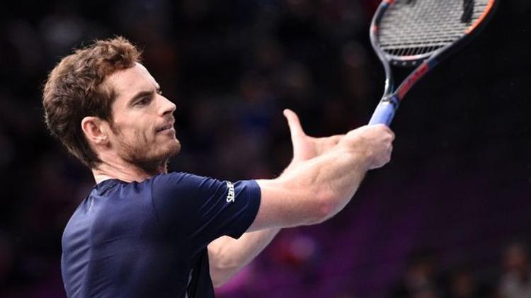 Le Britannique Andy Murray à l'échauffement avant sa demi-finale du Masters 1000 de Paris-Bercy
