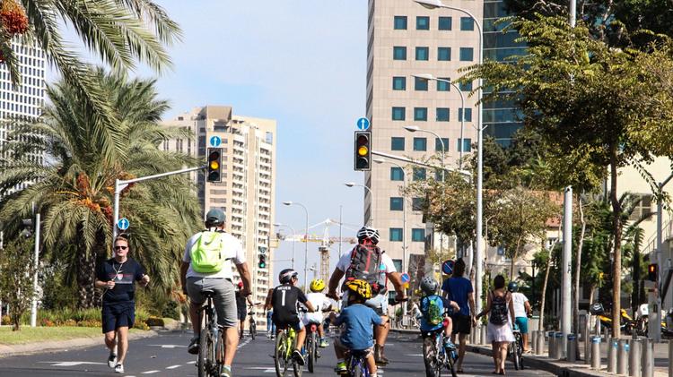 Lors de la fête de Kippour, toutes les voitures cessent de circuler, remplacées par les piétons et les cyclistes qui envahissent les rues des grandes villes.