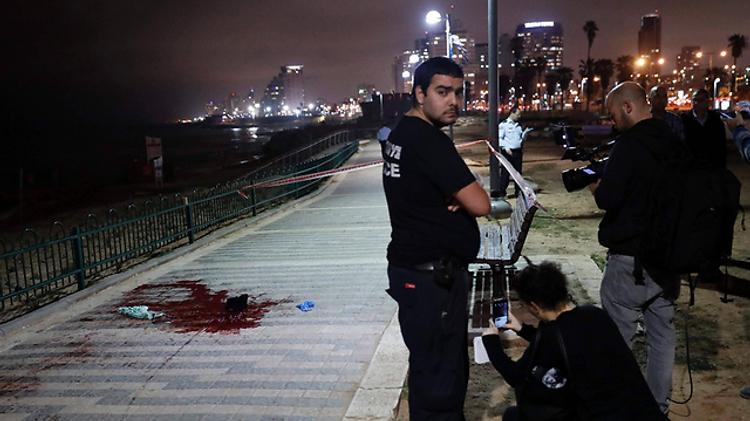 Flaque de sans sur la promenade de Tel Aviv, après l'attaque au couteau qui a fait un mort et onze blessés, 8 mars 2016