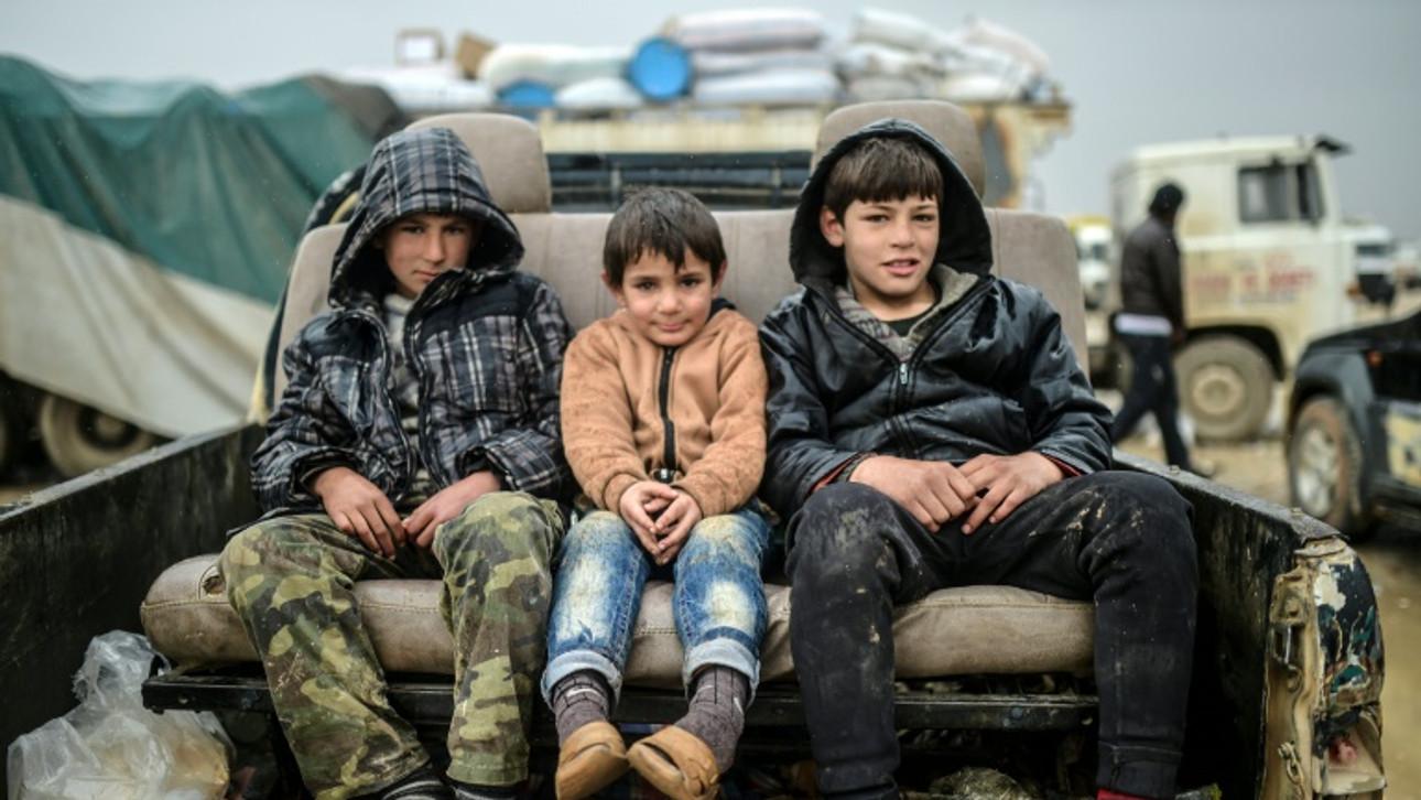 Fleeing Aleppo, thousands brave freeze at Turkey border