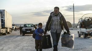 Des milliers de familles syriennes attendent dans le froid de passer en Turquie