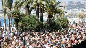 La France figée pour une minute de silence, Valls hué à Nice