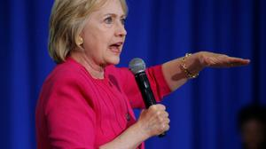 """Clinton se prépare à des """"choses dingues"""" pour les prochains débats avec Trump"""