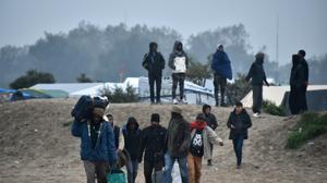 Migrants stream out of Calais 'Jungle' before demolition