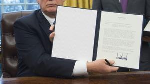 ترامب يوقع مذكرة انسحاب بلاده من اتفاقية التبادل الحر عبر المحيط الهادئ