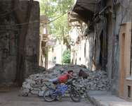 A boy plays on his bicycle in the al-Katerji district in Aleppo, Syria July 29, 2015. Picture taken July 29, 2015. ( Reuters )