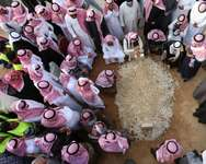 Mourners gather around the grave of Saudi Arabia's King Abdullah at the Al-Oud cemetery in Riyadh on January 23, 2015 following his death in the early hours of the morning ( Mohammed Mashhur (AFP) )