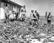 Tas de chaussures dans un camp de concentration nazi ( Archives Yad Vashem )
