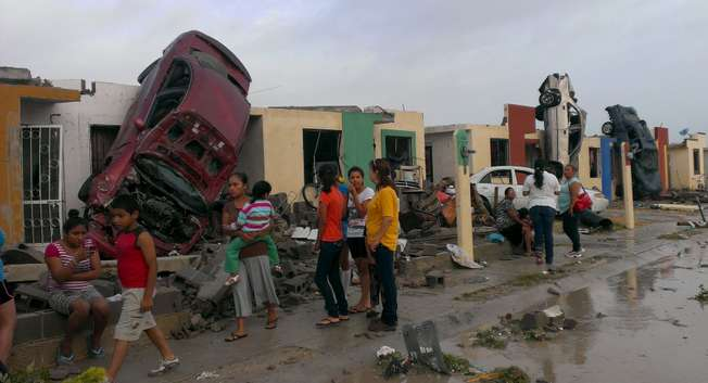 اعصار في المكسيك بسرعة 200 كيلومترا بالساعة يجرف السيارات والبيوت ويجلب الفيضانات ( رويترز )