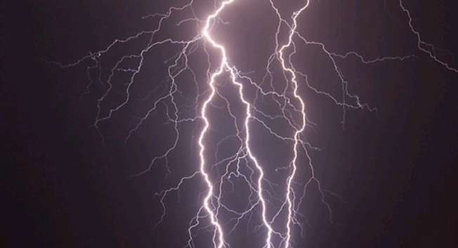 ضربات البرق تضيء سماء إسرائيل / ynet (  )