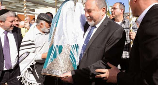 200-year-old Torah scroll brought to Jerusalem synagogue ( Foreign Ministry/Elram Mendel )