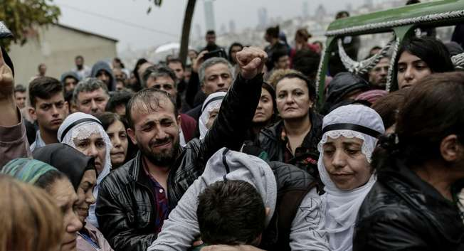 Relatives mourn near the coffin of a victim of the twin bombings in Ankara, during the funeral in Istanbul on October 11, 2015 ( Yasin Akgul (AFP) )