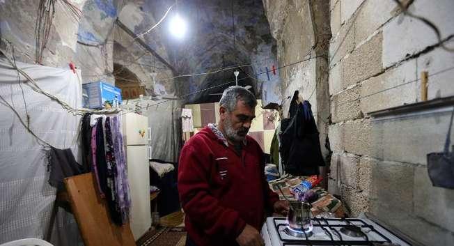 Jihad al-Mohammad, un réfugié syrien prépare du café à l'intérieur de la synagogue de Saïda au Liban, le 8 février 2015 où il a élu domicile avec sa famille ( Joseph Eid (AFP) )