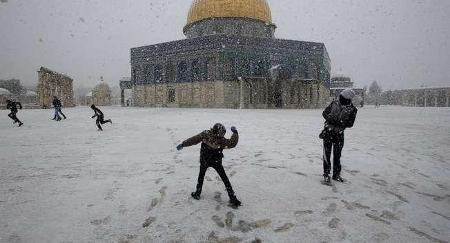 Le Dôme du Rocher sous la neige à Jérusalem le 12 décembre 2013 ( Ahmad Gharabli (AFP) )