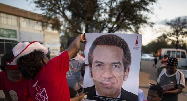 Activists for the ruling Botswana Democratic Party (BDP) distribute posters with the picture of President Ian Khama at a pre-election gathering in Gaborone, on October 22, 2014 ( Marco Longari (AFP) )