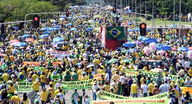 People take part in a protest against the government of Brazilian President Dilma Rousseff in Brasilia on April 12, 2015 ( Evaristo Sa (AFP) )