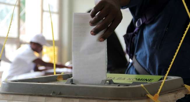 A Burundian casts his ballot at a polling station in Bujumbura, on June 29, 2015 ( Landry Nshimiye (AFP) )