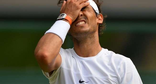 Rafael Nadalaprès un point perdu  face à l'Allemand Dustin Brown au 2e tour du tournoi de Wimbledon, le 2 juillet 2015 ( Glyn Kirk (AFP) )