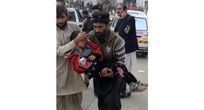 Evacuation d'un enfant blessé lors de l'attaque des talibans contre une école à Peshawar ( A Majeed (AFP) )